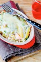 pasta med lax bakad under ost foto