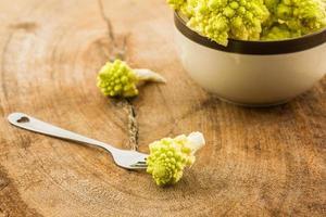 färsk av grön grönsak, romanesco broccoli, romersk blomkål. foto