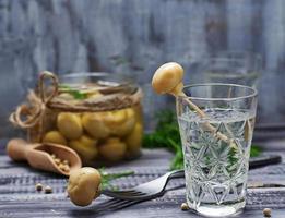 glas ryska vodka och inlagda svampar foto