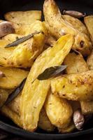stek potatis med salvia vitlök och örter foto