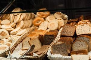 diverse bröd skivad foto