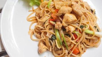 spaghetti med thailändsk sås med kyckling foto
