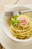 pasta med gräddfil och skinka foto