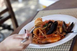 spaghetti skaldjur vid lunchen foto