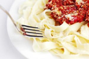 spaghetti bolognese och gaffel foto