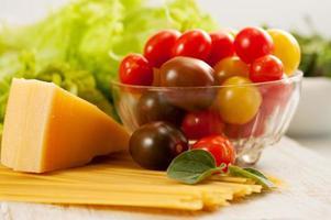 spaghetti med tomater och parmesan foto