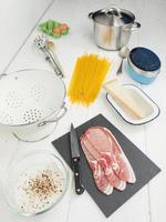 ingredienser för spaghetti alla carbonara foto