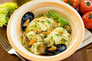 spaghetti med musslor och kapris foto