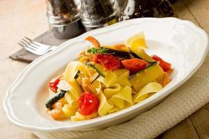 pasta med zucchini och räkor foto