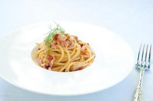 spaghetti med pesto rödlök och tonfisk foto