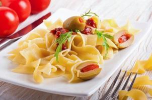 pasta med tomat och ruccola foto