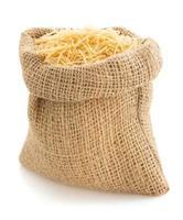 rå pasta på vit foto