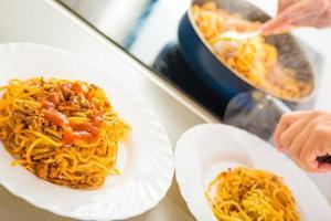 processer för att förbereda spaghetti bolognese foto