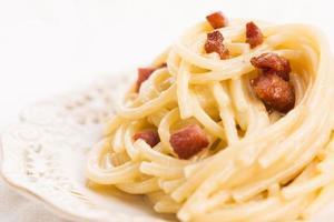 spaghetti carbonara, en typisk italiensk maträtt foto
