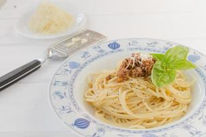 spaghetti bolognese på träbord foto