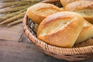 baguette eller bröd i rottingkorg foto
