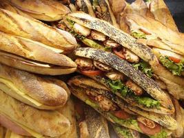 redo att äta franskt bagettbröd foto