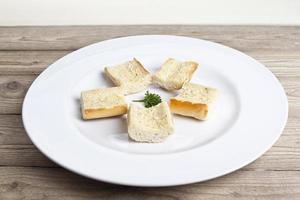 smört rostat bröd i vit platta foto