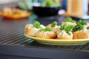 salta med spridning och grönsaker på bordet foto