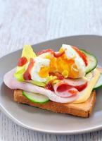 färska smörgåsar med skinka foto
