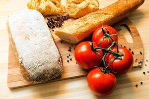 tomater, bröd och kryddor foto