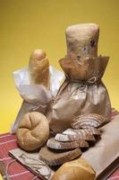 sammansättning av olika typer av bröd, packade för försäljning foto