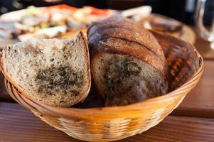 färskt traditionellt rostad tjeckiskt bröd foto