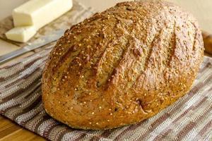 färskt bakade fullkorn och utsäde bröd foto