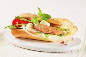 griskött och grönsakssmörgås foto