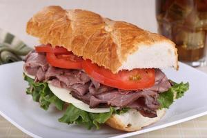 stekt nötkött på franskt bröd foto