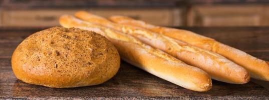 bröd på bordet foto