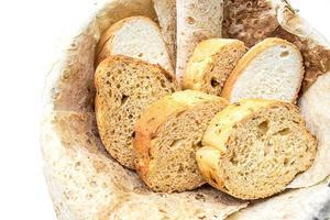 sortiment av bröd i korgen, närbild foto