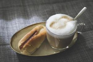 cappuccino med bubbelmjölk och thailändsk stil för baguette foto