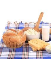 sammansättning med bröd, mjölk och ost foto