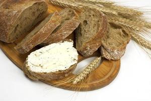 nybakat traditionellt bröd med smörkräm