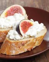 bröd med ost och fikon foto
