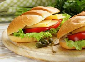 färsk smörgås med grönsaker, grön sallad och ost foto