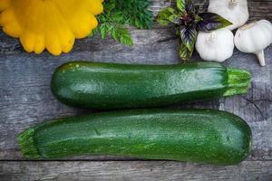 färska ekologiska trädgårdsgrönsaker foto