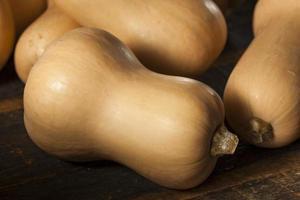 rå organisk butternut squash foto