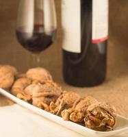 valnötter och rött vin foto
