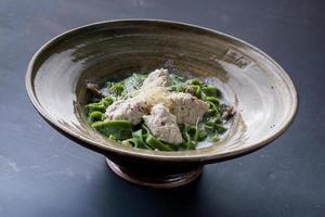 couscous med skaldjur i lergodskål foto