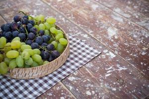 uva i un cestino su un tavolo di legno
