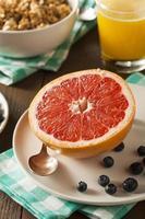hälsosam organisk grapefrukt till frukost foto