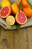 massor av mogen citrus på träbakgrund foto
