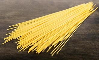 italiensk spaghetti på träplatta foto