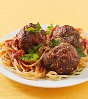 spaghetti och köttbull middag foto