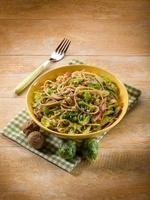 pasta med bacon rosenkål och nötter foto