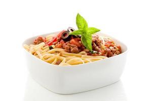 pasta med italiensk korvköttsås på vit bakgrund foto