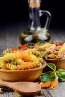rå eliche och penne tricolori pasta i träskålarna