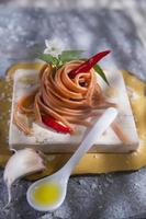 spaghetti med vitlök, olja och chili foto